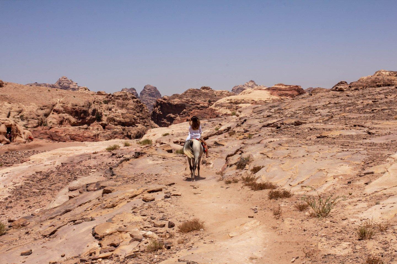 Carla cabalgando en Petra, Jordania.