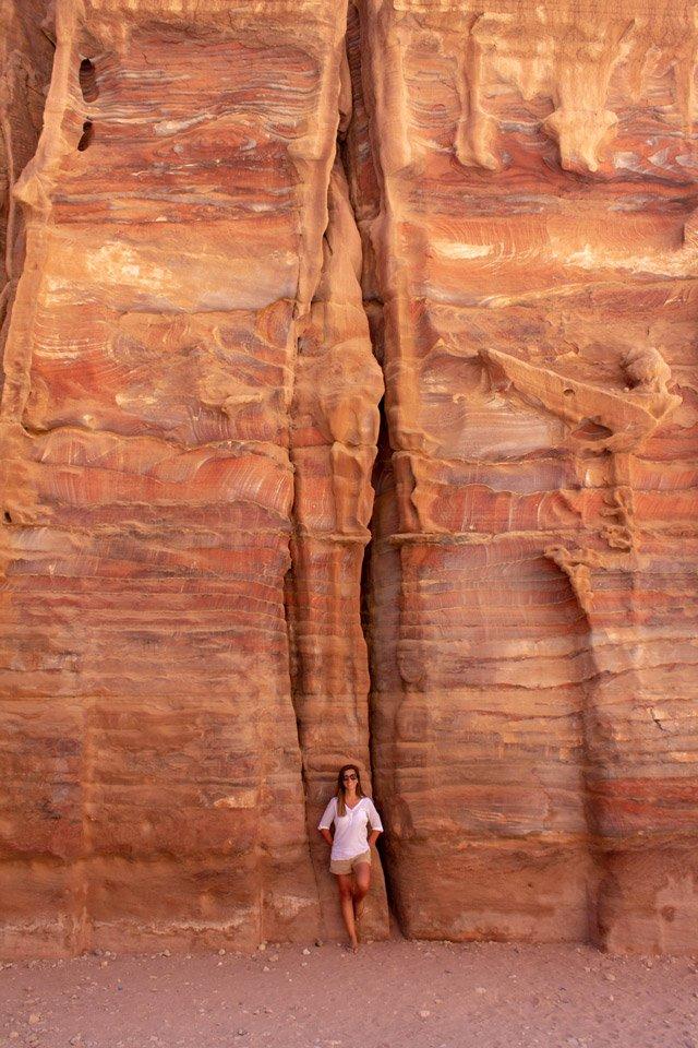 Carla con piedras de Petra en el fondo.