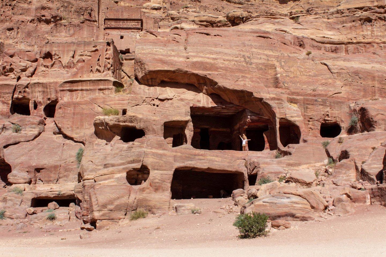 Carla en las fachadas de Petra.