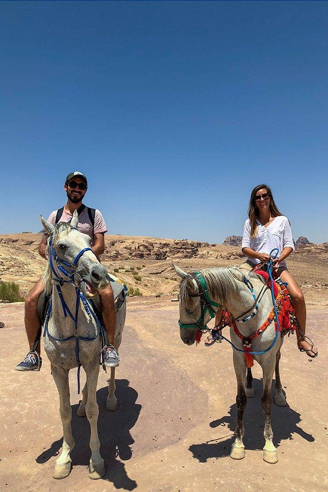 Carla y Alberto a caballo en las ruinas de Petra, Jordania.