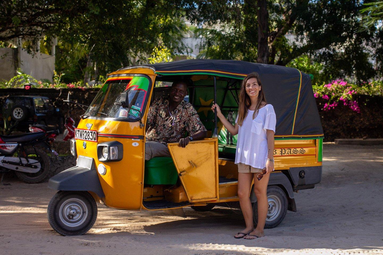 Carla y el tuktuk que nos llevó a Malindi.